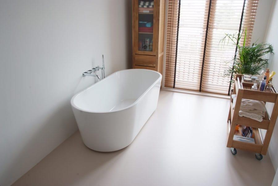 Een gietvloer door het hele huis; ook in de badkamer